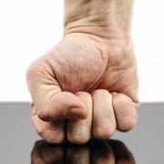 Vorsicht mit dem Temperament! Im Mietrecht können Beleidigungen oder Gewalt gegenüber anderen Mietern oder dem Vermieter zur fristlosen Kündigung führen.